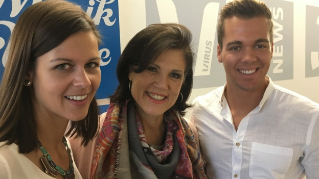 Mike und Melanie Oesch mit Maja Brunner im Studio der SRF Musikwelle.