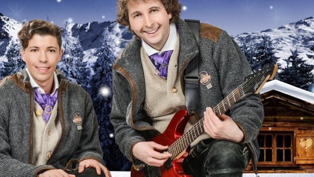 zwei Volksmusiker in winterlicher Landschaft.
