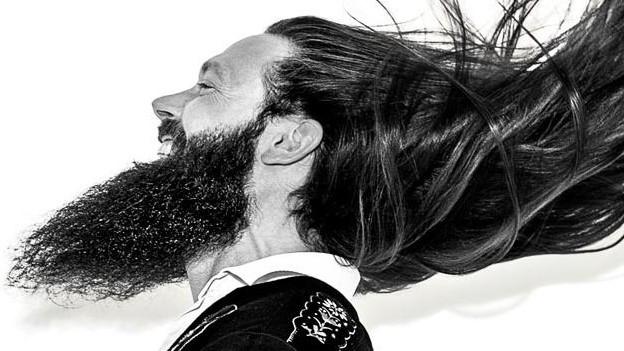 Mann mit langem Bart.