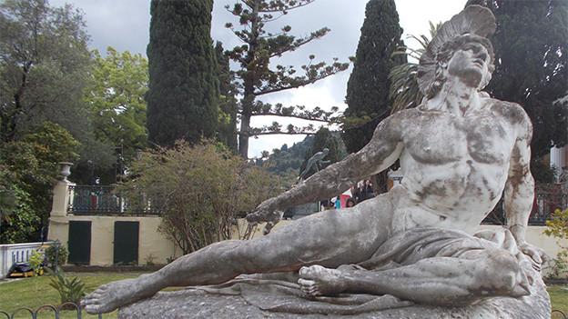 Steinstatue von Achilles, der sich an der Ferse hält.