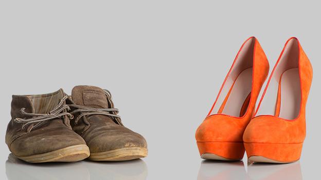 Ein Paar ausgetretene Schuhe ein Paar High Heels.