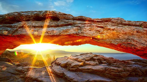 Gesteinslandschaft mit aufgehender Sonne.