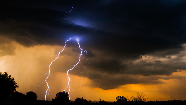 Gewitterstimmung mit einschlagendem Blitz.
