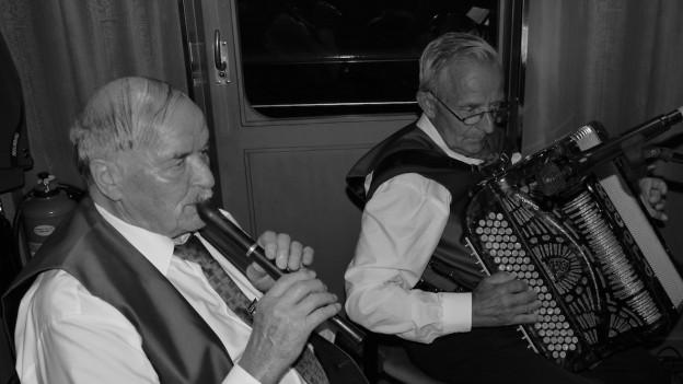 Zwei Volksmusikanten mit Blockflöte und Akkordeon.
