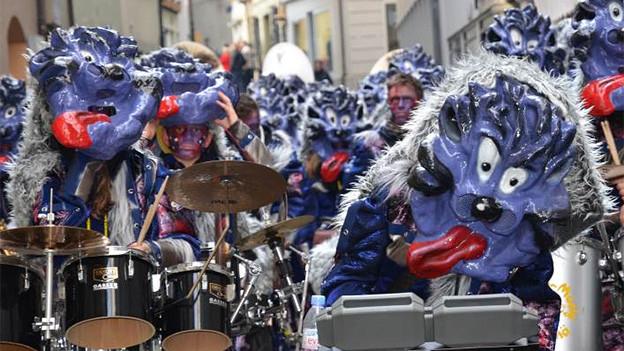 Als Katzen maskierte Musikantinnen und Musikanten einer Guggenmusik.