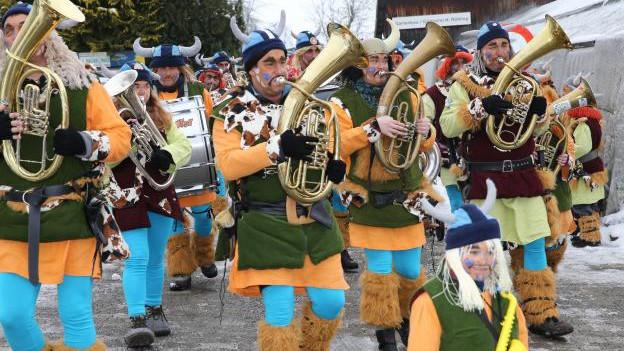 Guggenmusik in Kostümen auf Strasse.