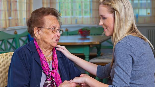 Gespräch zwischen Oma und Enkeltochter.