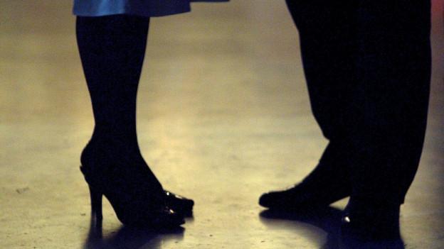 Tanzpaar steh sich gegenüber ohne sich zu bewegen.