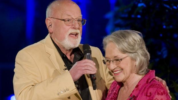 Roger Whittaker mit Frau auf Bühne.