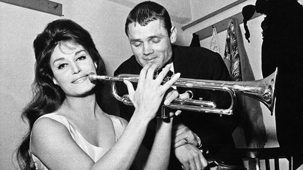 Schwarz-Weiss-Fotografie mit einer Sängerin und einem Trompeter.
