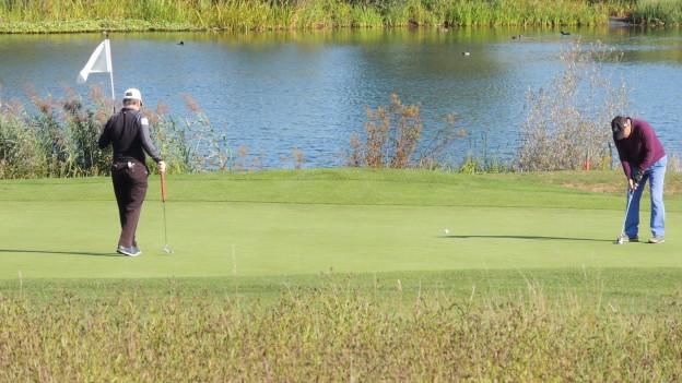 zwei Golfer auf Green