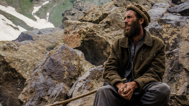 Ein Nomade in Pakistan beim Hüten seiner Ziegen.