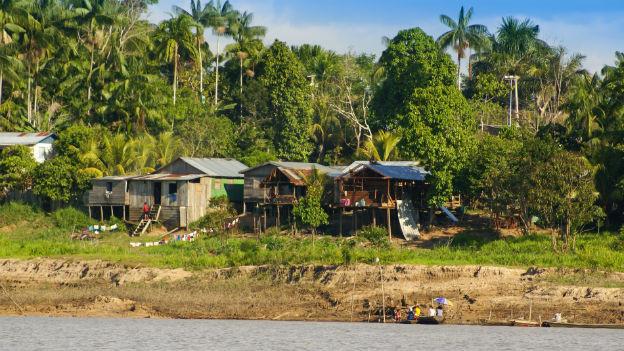 Üppig, heiss, feucht, viele Mücken, ungewohnte Geräusche dringen aus dem Regenwald.
