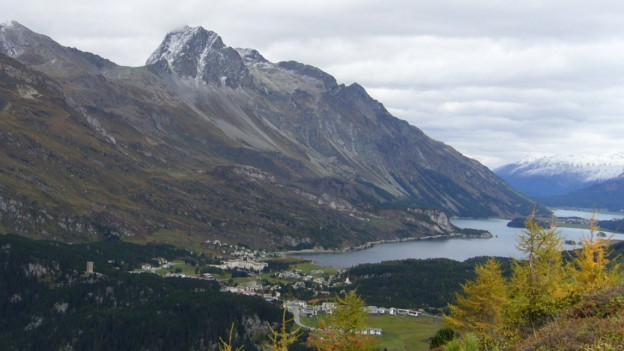 Bergwelt mit See.