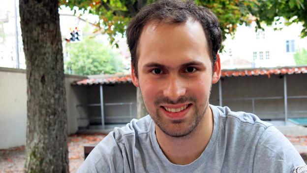 Ein junger Mann mit dunklen Haaren.
