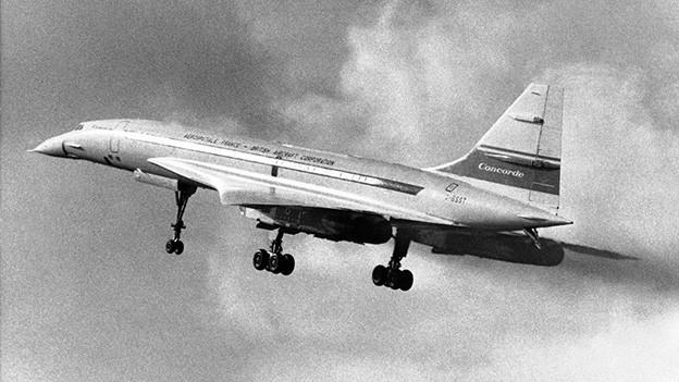 Schwarz-Weiss-Fotografie mit einer Concorde-Maschine nach dem Start.