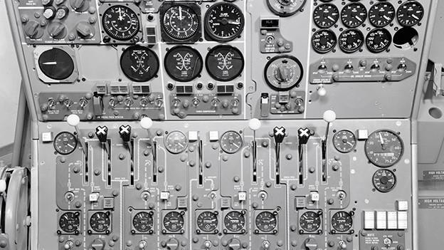 Schwarz-Weiss-Fotografie mit Blick auf die vielen verschiedenen Instrumente im Flug-Simulator.