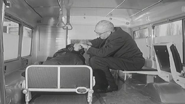 Ein Krankenwagen im Jahr 1966: Der Sanitäter hat kaum Zugang zum Patienten.