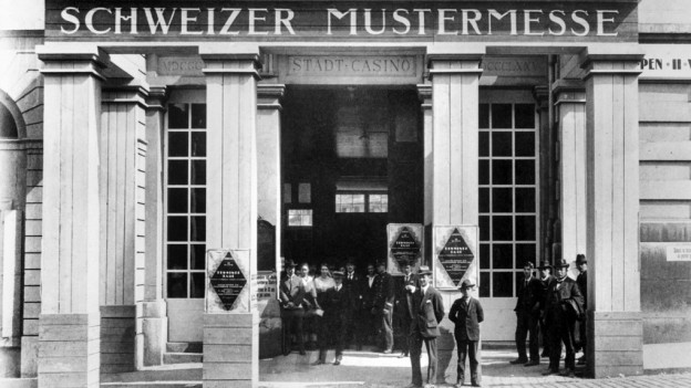 Der Eingang zur ersten Schweizer Mustermesse im Stadtcasino Basel, aufgenommen im Jahr 1917.