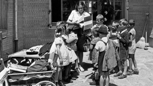 Ein Gruppe Kinder aus Ungarn und eine Betreuerin kommen im Juni 1947 im Kinderdorf Pestalozzi in Trogen an.