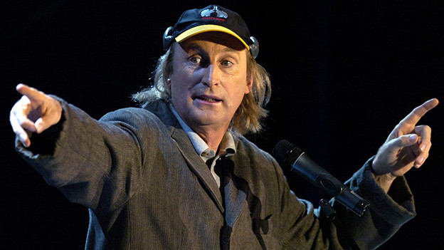 Der Komiker händeringend während eines Auftritts.