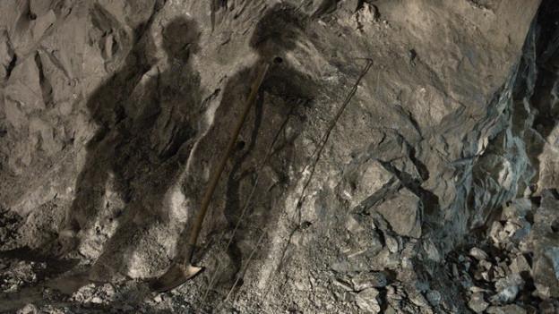 Mineure bereiteten die letzte Sprengung im Fronalpstocktunnel vor.