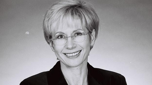 Schwarz-Weiss-Fotografie mit einem Porträt der Journalistin.