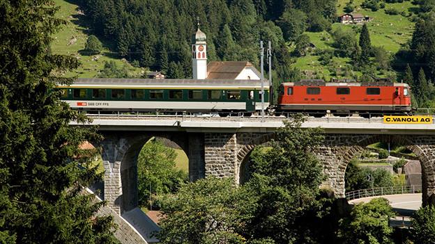 Ein Zug fährt über eine Brücke.