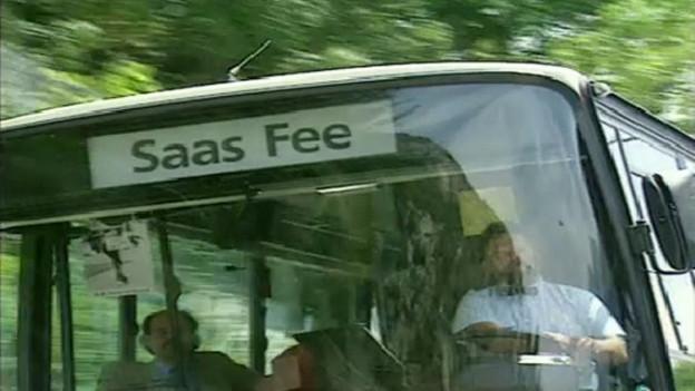 In voller Fahrt: Das erste Postauto von Goppenstein nach Saas Fee.