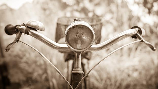 Auf alt getrimmtes Bild von einem Fahrradlenker.