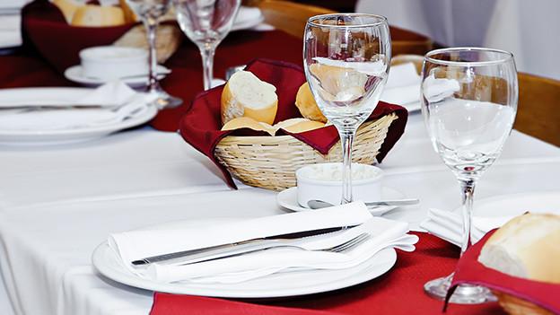 Ein dekorativ gedeckter Tisch.