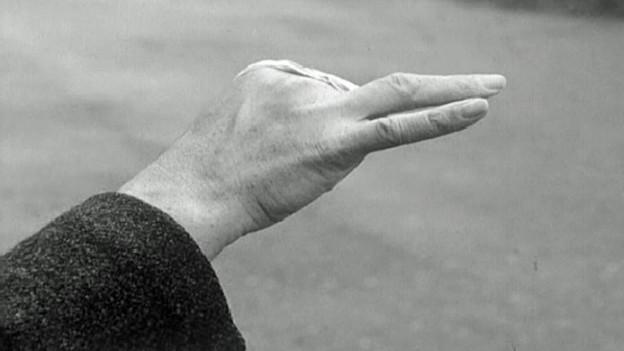 Wegen einem Knallkörper drei Finger verloren: Nur eines der Schreckensbilder aus dem Fernsehbeitrag von 1966.
