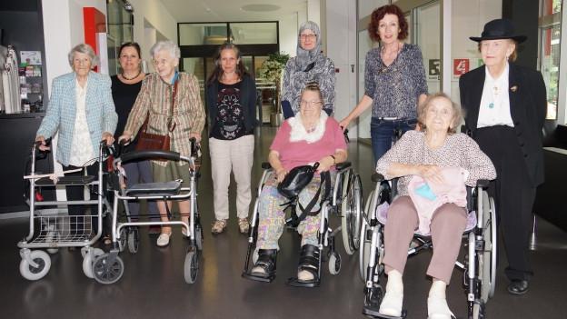 Die fünf Damen treffen im Radiostudio Zürich ein.