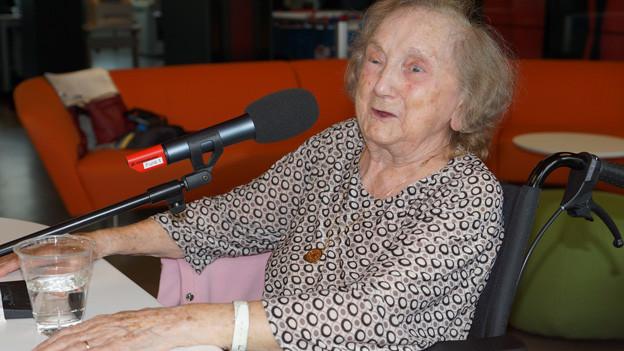 Johanna Gujer im Radiostudio beim Interview.