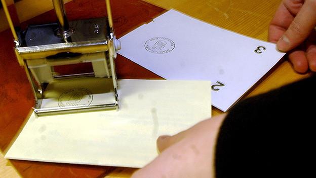 Ein Stempel auf zwei Abstimmungszetteln.