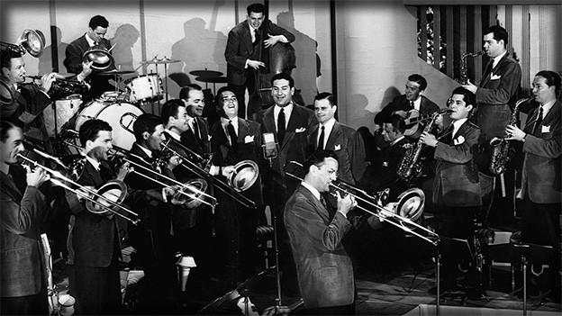 Schwarz-Weiss-Fotografie mit einer Big Band.