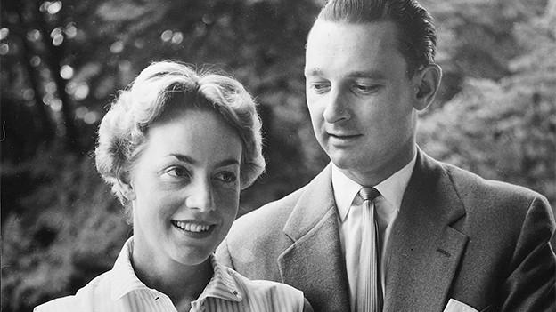 Schwarz-Weiss-Fotografie mit einer blondhaarigen Frau und einem dunkelhaarigen Mann.