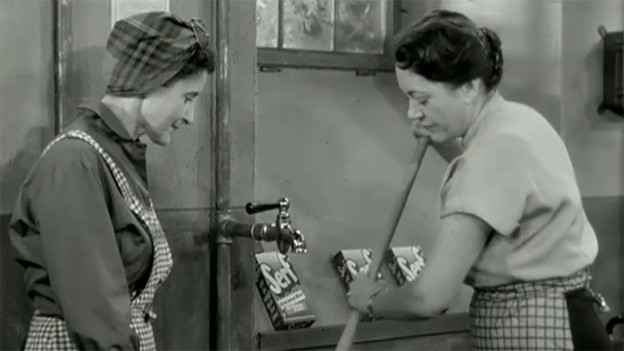 Filmszene mit zwei Frauen in einer Waschküche.