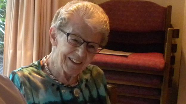 Porträt eine älteren lachenden Frau mit Brille.