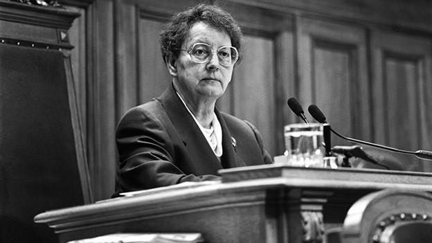 Die Schwarz-Weiss-Fotografie zeigt die Politikerin am Präsidialpult im Ständeratssaal.
