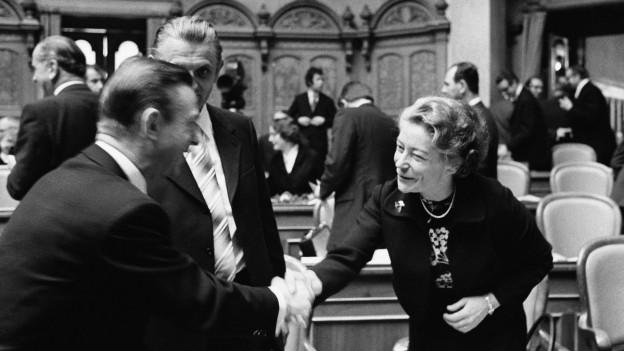 Die neugewählte CVP-Nationalrätin Elisabeth Blunschy wird 1971 zu Beginn der Wintersession im Bundeshaus von Kollegen begrüsst.