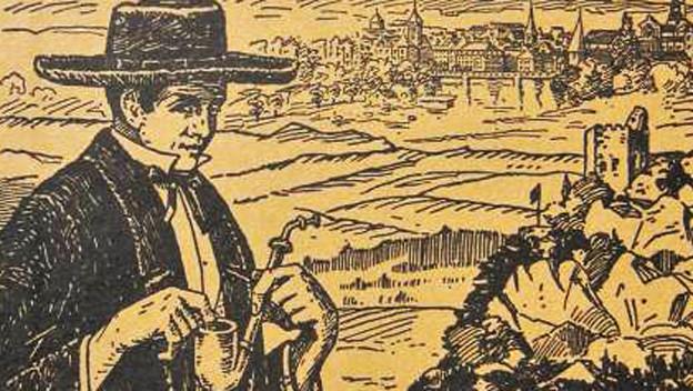 Junger Mann im schwarzen Anzug und mit Pfeife schaut schelmisch. Im HIntergrund mittelalterliche Stadt.