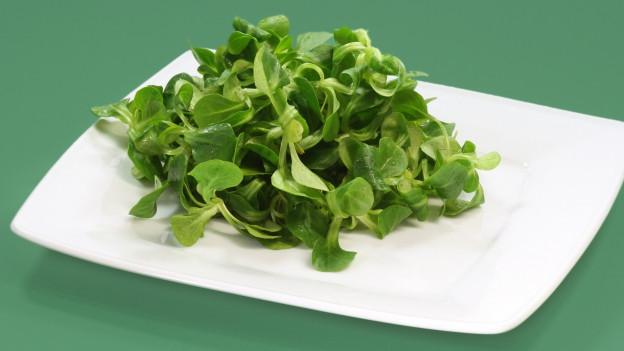 Feldsalat in Schüssel.