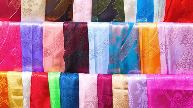 Viele verschieden farbene Stoffe.