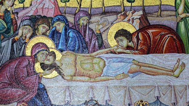 Jesus liegt auf Bahre und wird beweint.