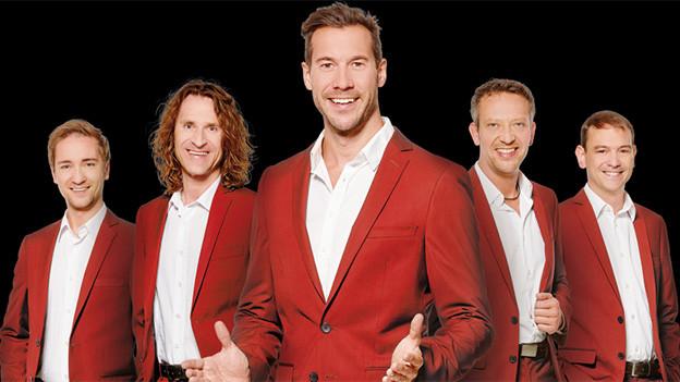 Gruppenbild mit fünf Sängern in roten Anzügen.
