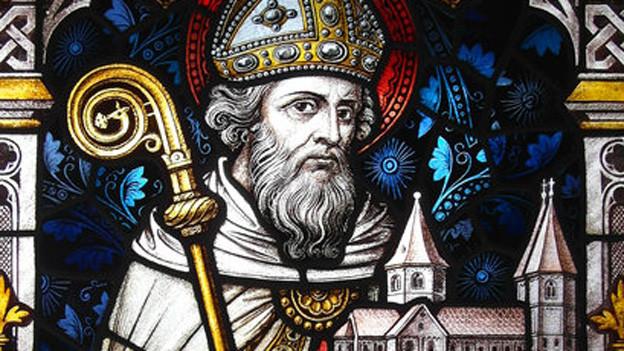 Kirchenfenster mit Abbild des heiligen Godehard.