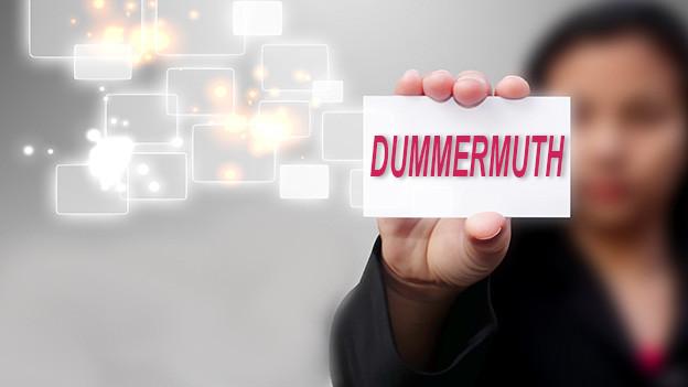 Konturen einer Frau, die eine Visitenkarte mit dem Namen Dummermuth zeigt.