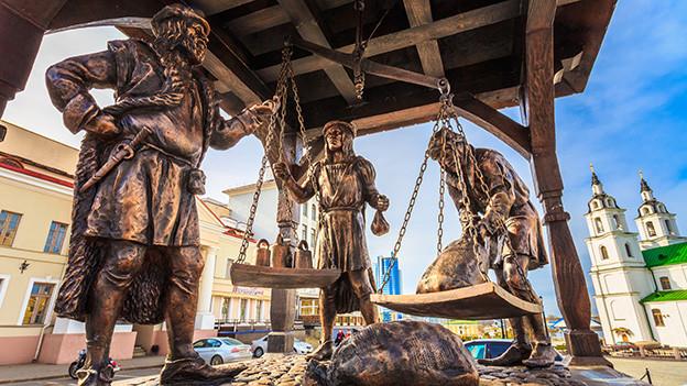 Bronzestatue mit drei Händler aus der Zeit des Mittelalters.