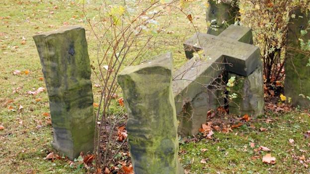Ein Grabmal mit liegendem Kreuz.